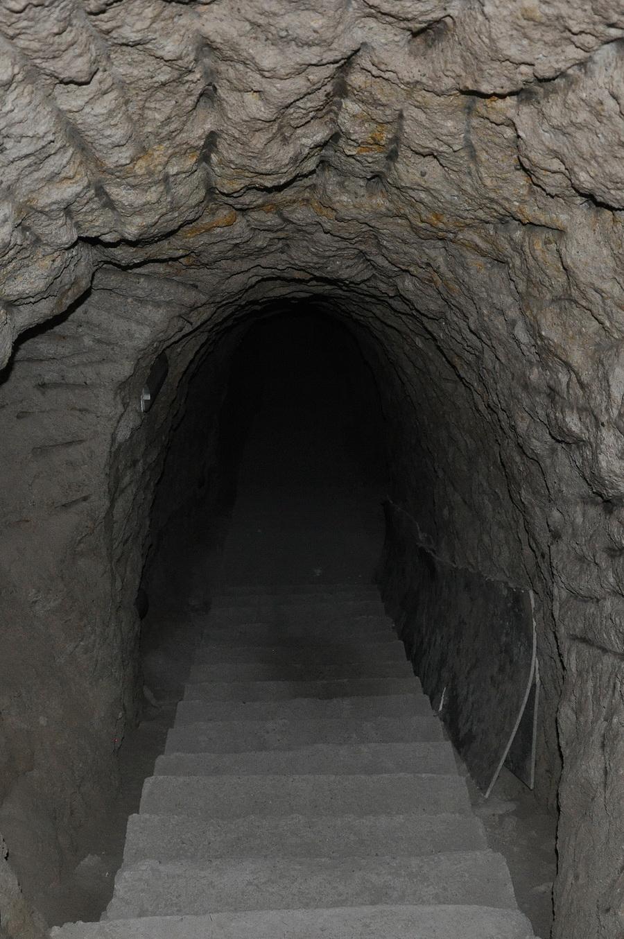оранжевая картинка вход в подземелье місці виходу вулканічних